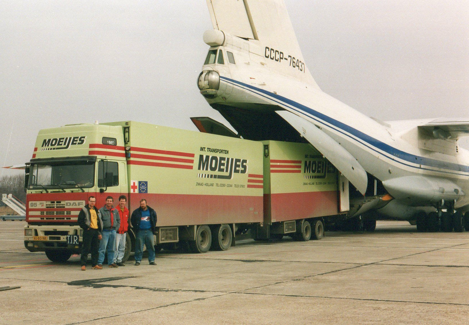 1993-Transporten-medicijnen-voor-het-Rode-Kruis-met-bestemming-Armenie.-Rijden-naar-Armenie-was-toen-te-gevaarlijk-in-Kiev-werd-het-overgeladen-2