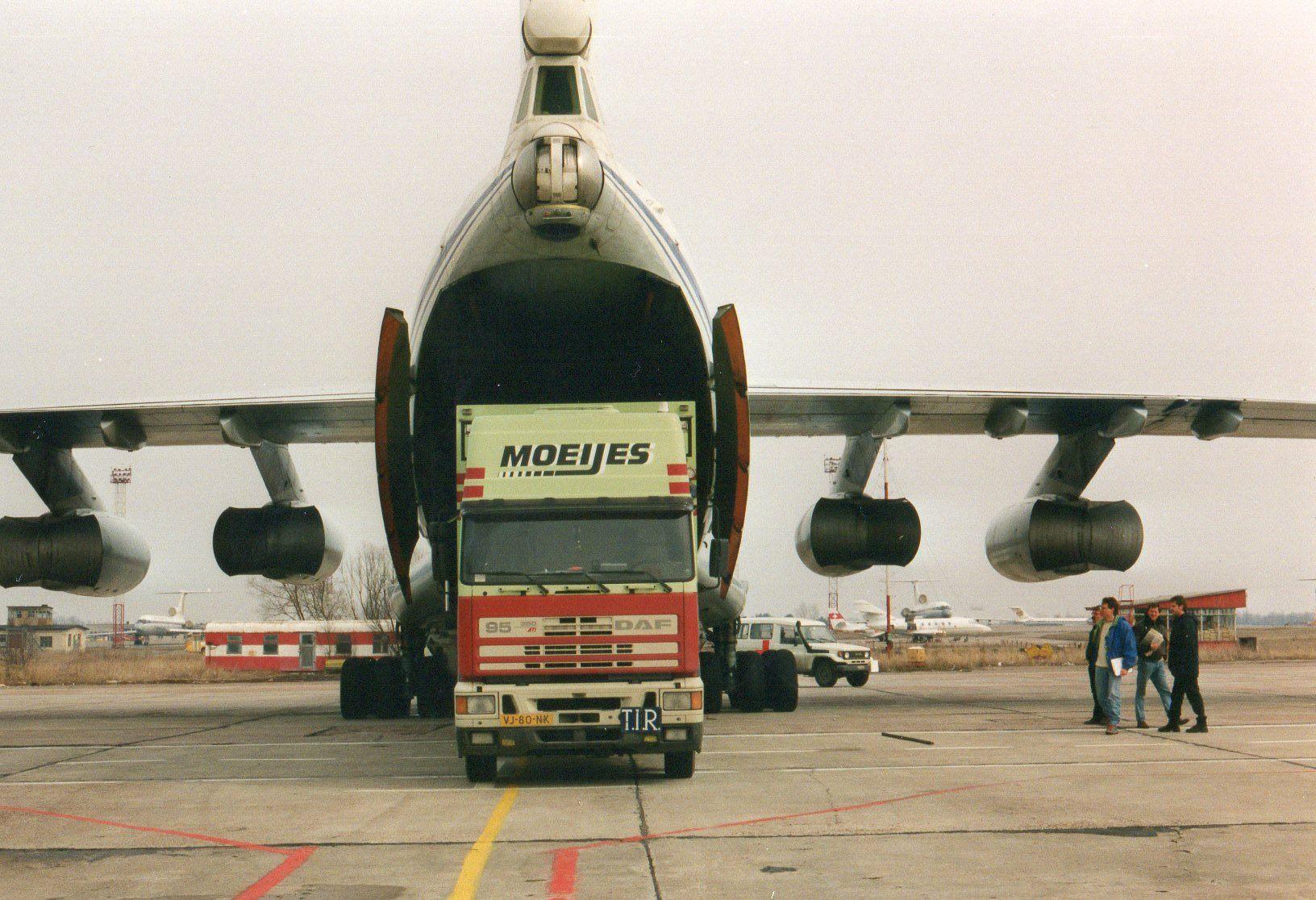 1993-Transporten-medicijnen-voor-het-Rode-Kruis-met-bestemming-Armenie.-Rijden-naar-Armenie-was-toen-te-gevaarlijk-in-Kiev-werd-het-overgeladen-3