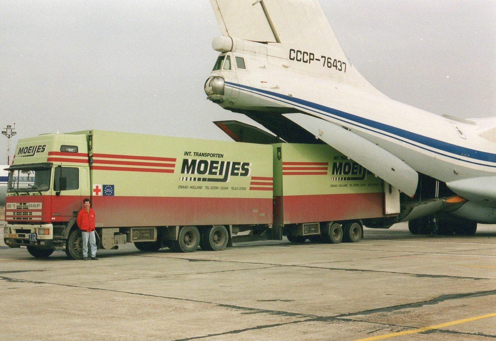 1993-Transporten-medicijnen-voor-het-Rode-Kruis-met-bestemming-Armenie.-Rijden-naar-Armenie-was-toen-te-gevaarlijk-in-Kiev-werd-het-overgeladen-4
