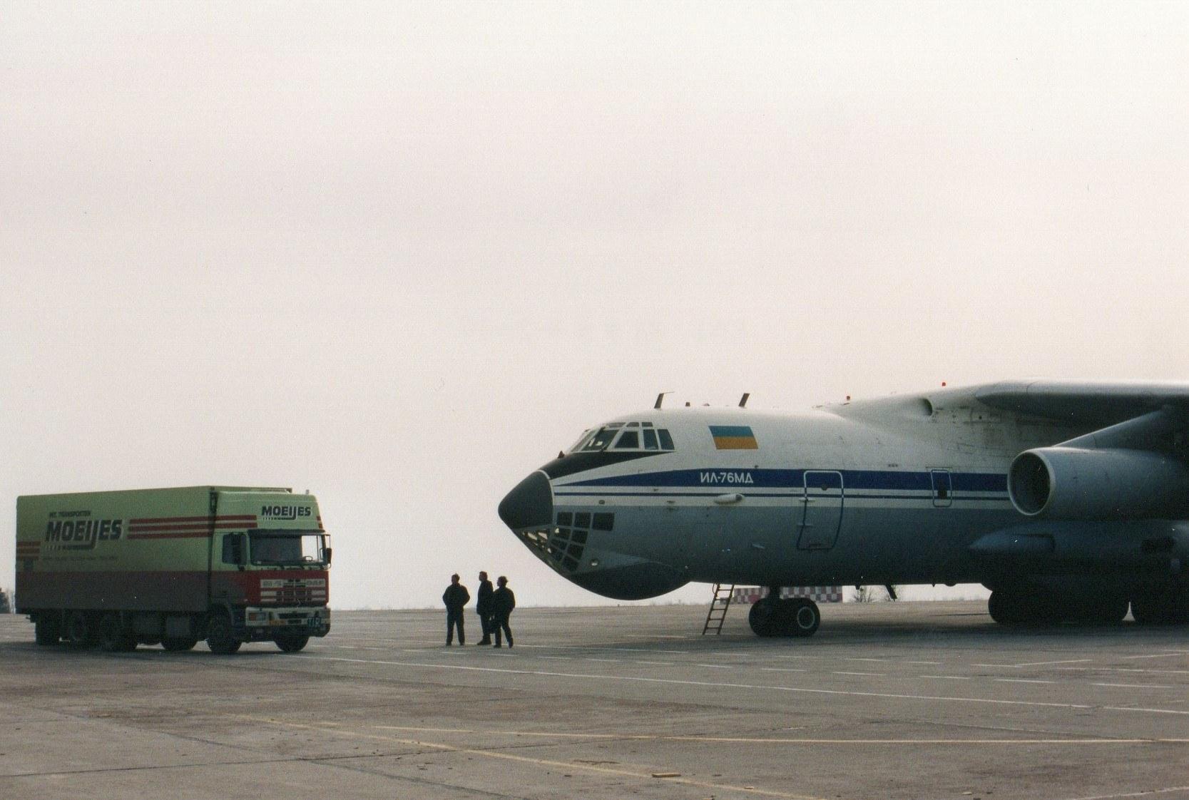1993-Transporten-medicijnen-voor-het-Rode-Kruis-met-bestemming-Armenie.-Rijden-naar-Armenie-was-toen-te-gevaarlijk-in-Kiev-werd-het-overgeladen-6