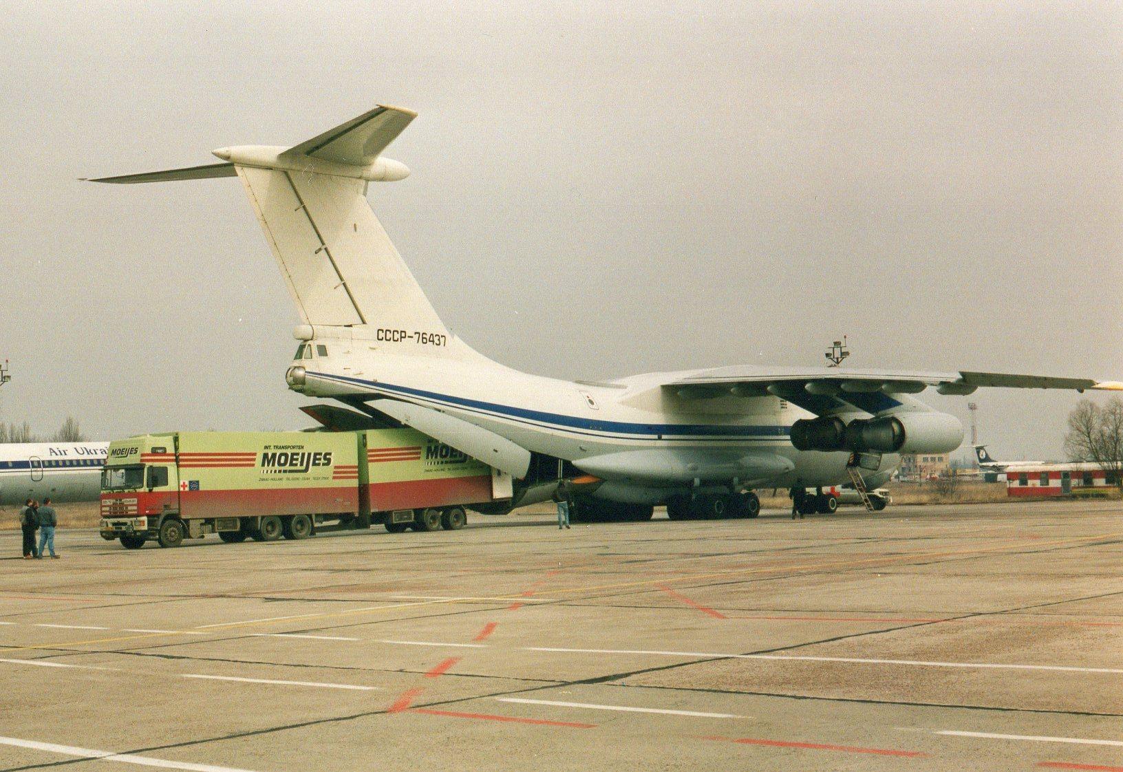 1993-Transporten-medicijnen-voor-het-Rode-Kruis-met-bestemming-Armenie.-Rijden-naar-Armenie-was-toen-te-gevaarlijk-in-Kiev-werd-het-overgeladen-9