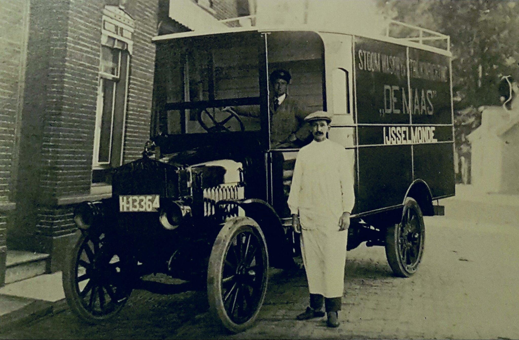 chauffeur--A-Luijendijk-met-de-schilder-van-de-reclame-van-Gardeen-1919