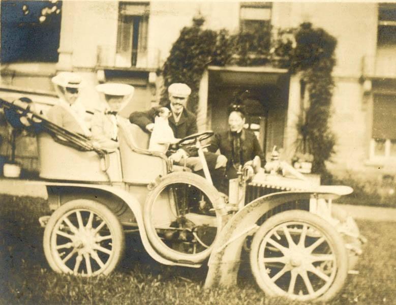 Familie-Regout-voor-kasteel-Hoogenweerth-rond-1915