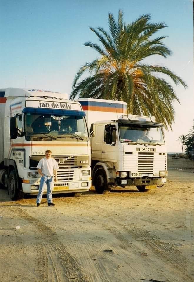 Gerwi-Rensel-samen-met-haagse-Joop-op-de-zandplaat-in-Sousse-Tunesie