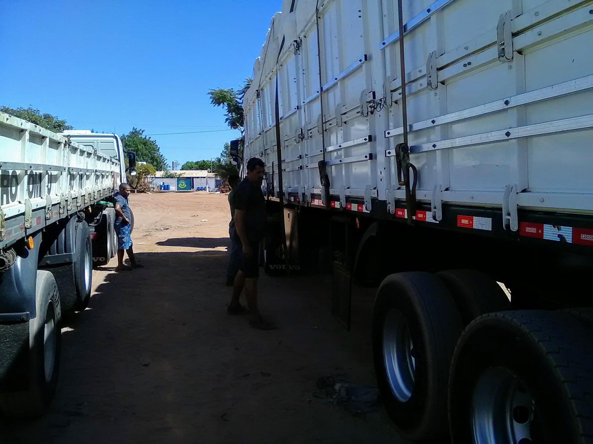 37-ton-katoenladen-voor-Santos-wagen-wordt-door-speciale-afdekkers--dicht-gemaakt-3