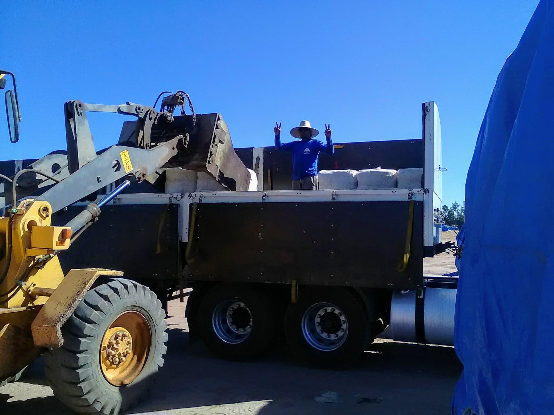 37-ton-katoenladen-voor-Santos-wagen-wordt-door-speciale-afdekkers--dicht-gemaakt-4