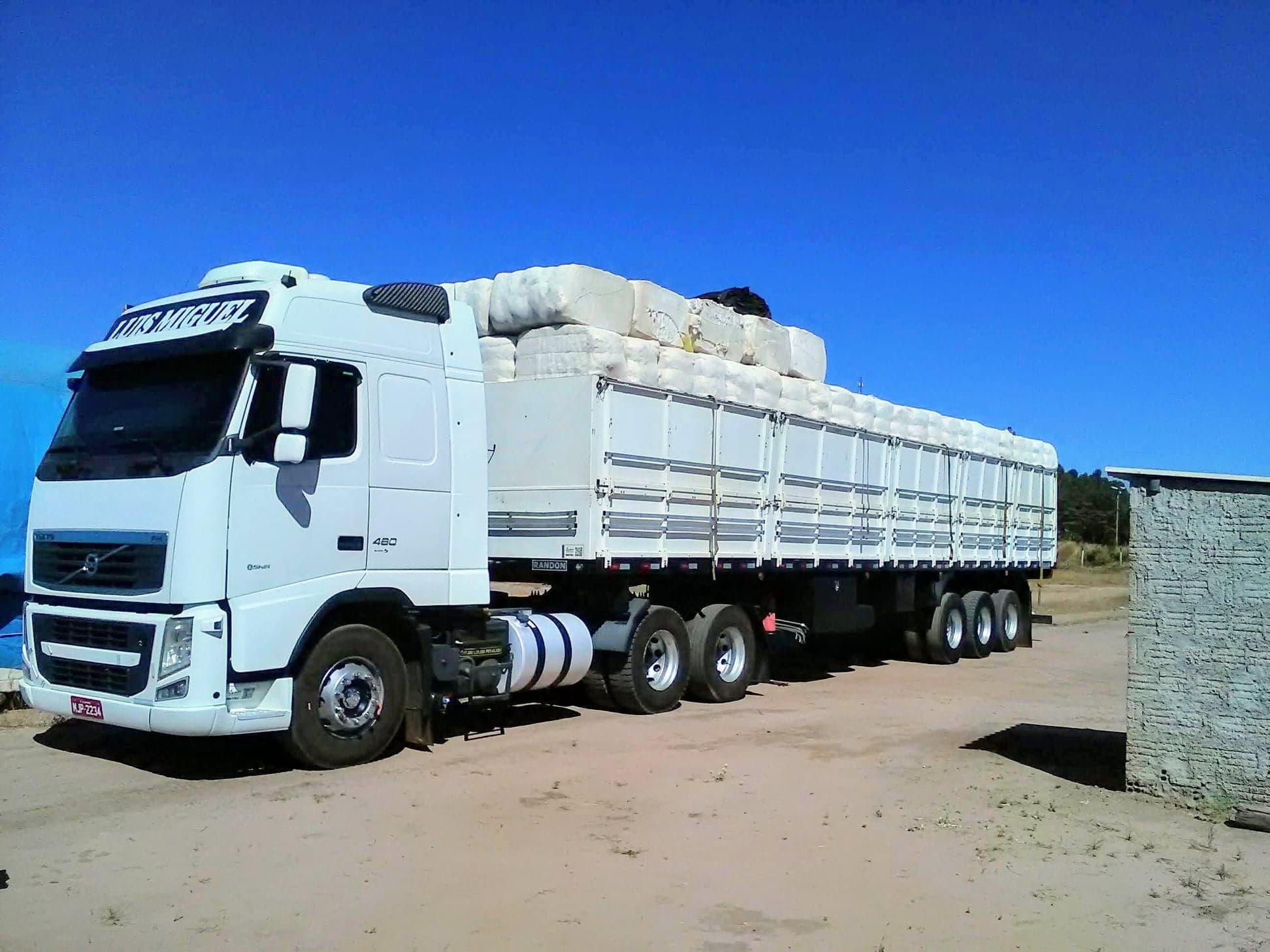 37-ton-katoenladen-voor-Santos-wagen-wordt-door-speciale-afdekkers--dicht-gemaakt-7
