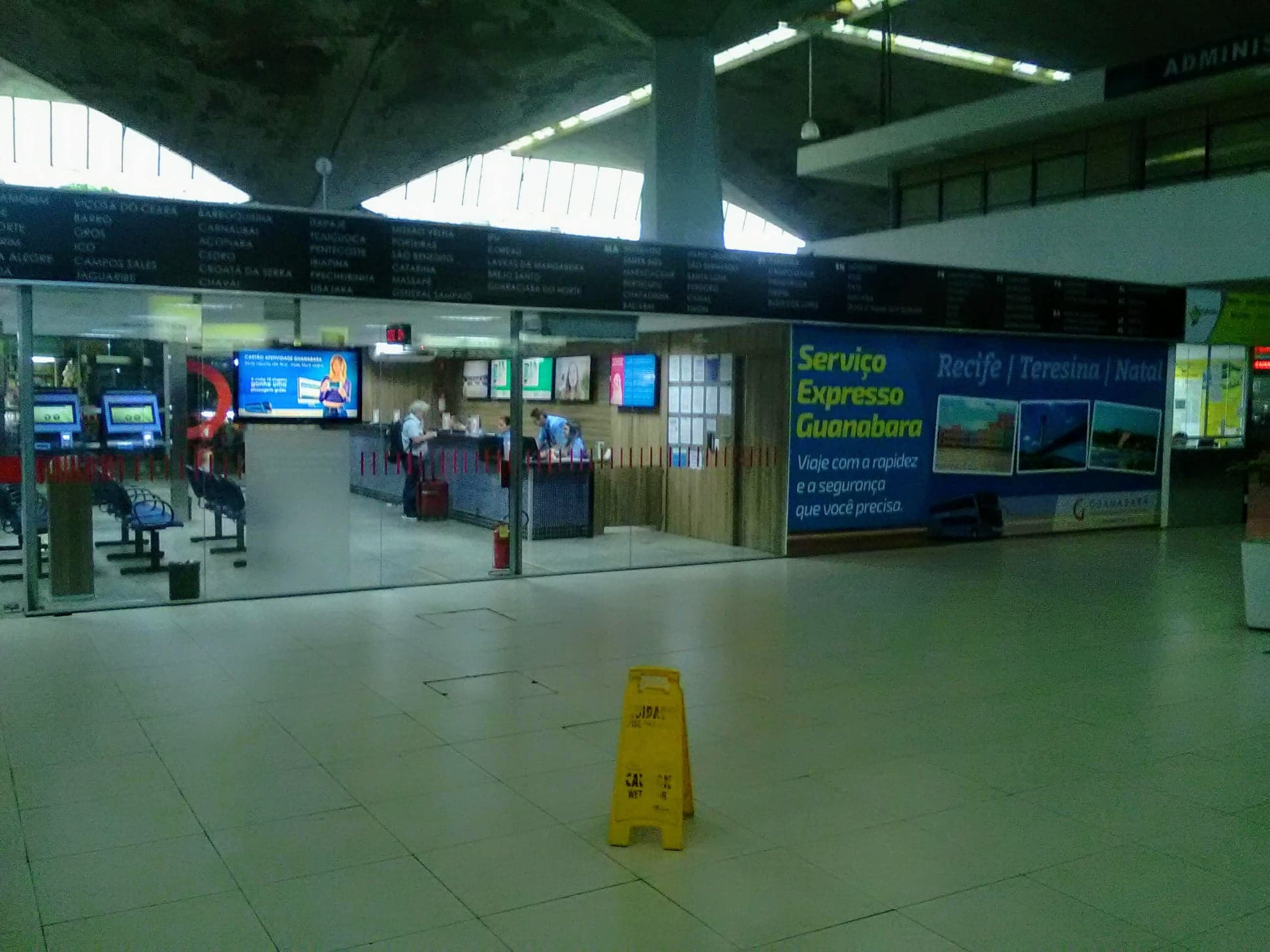 Bustation-hier-begint-de-reis-van-37-uur-naar-Luis-Eduardo-Maghaeles
