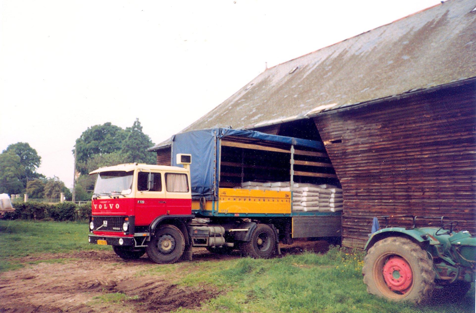 Dim-Geelhoed-lossen-bij-een-boer-27430-Vatteville