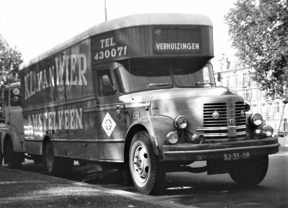 Reo-Golden-Comet-verhuiswagen-Amsterdam--Frederik-Hendrikplantsoen-1970--Hattuma-foto