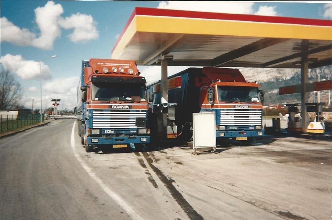 Rob-Warnas-en-Hennie-de-Vries---Even-de-tanks-volgooien-bij-de-Shell-langs-de-A40-bij-Bonneville-1993