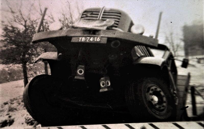 Chauffeur-Woortman-door-de-brug--begin-jaren-60-tussen-Bargercompascuum-en-Zwartemeer-1
