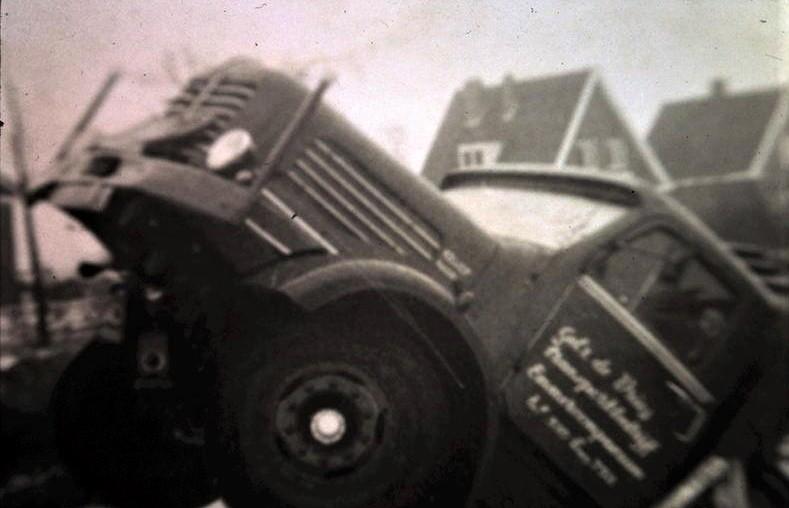 Chauffeur-Woortman-door-de-brug--begin-jaren-60-tussen-Bargercompascuum-en-Zwartemeer-2