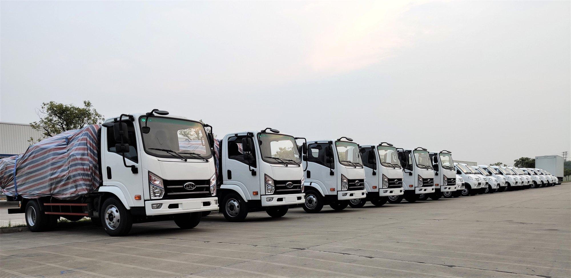20-verse-witte-vrachtwagens--4-tons-lichte-vrachtwagens-en-2-ton-mini-trucks--zijn-klaar-voor-levering-naar-Madagaskar-1