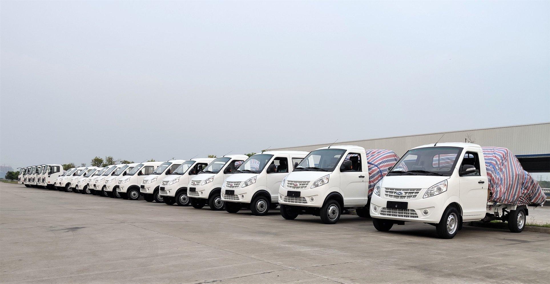20-verse-witte-vrachtwagens--4-tons-lichte-vrachtwagens-en-2-ton-mini-trucks--zijn-klaar-voor-levering-naar-Madagaskar-2