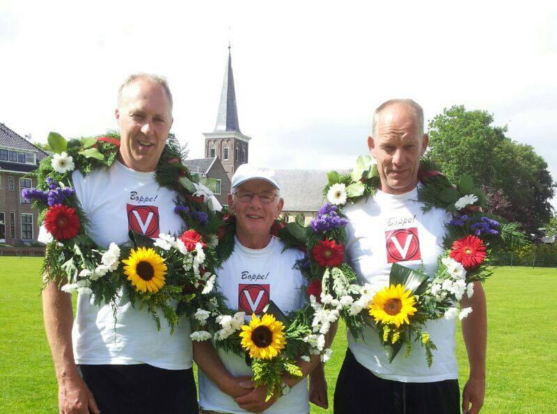 Vandaag-hebben-Jan-Geert--Pieter-meegedaan-aan-het-bedrijfskaatsen-in-Wommels--en-ze-hebben-de-1e-eerste-prijs-in-de-B-klasse-gewonnen--Mooie-krans-voor-aan-de-muur-15-6-2014