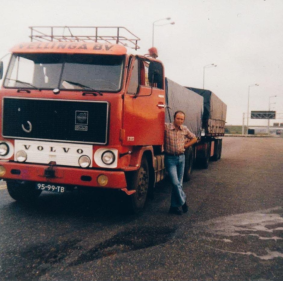 Volvo-F89-Chauffeur-Anne-Finnema-vanuit-Frankrijk-met-een-vracht-lucernebrok
