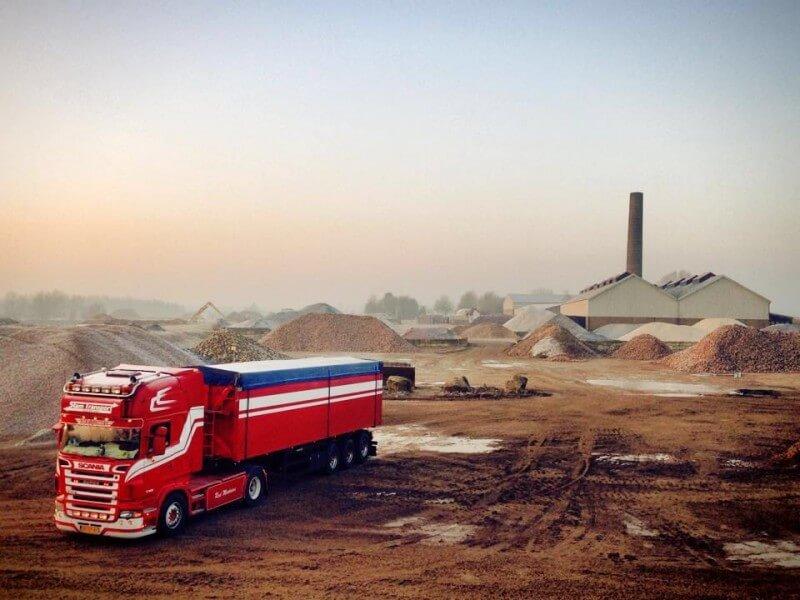 Volvo-Bjorn_in_een_groeve_aan_het_laden