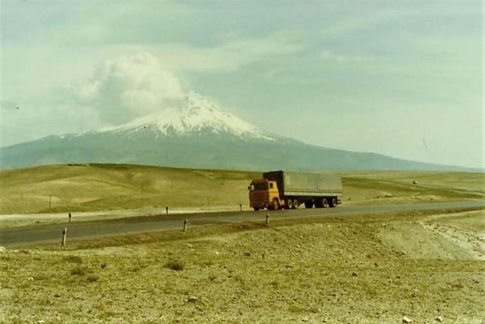 Scania-bij-een-bekende-berg-in-oost-Turkije