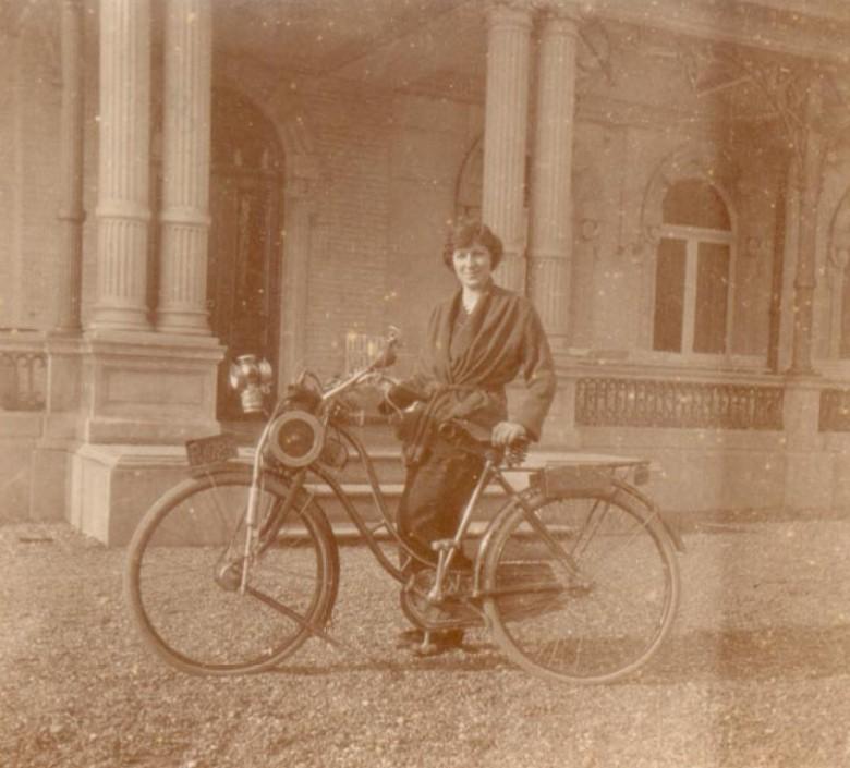 Melanie-Marie-Therese--Niny--Regout-staat-hier-voor-het-kasteel-Bethlehem-met-een-van-de-eerste-rijwielen-met-hulpmotor--1925-1930
