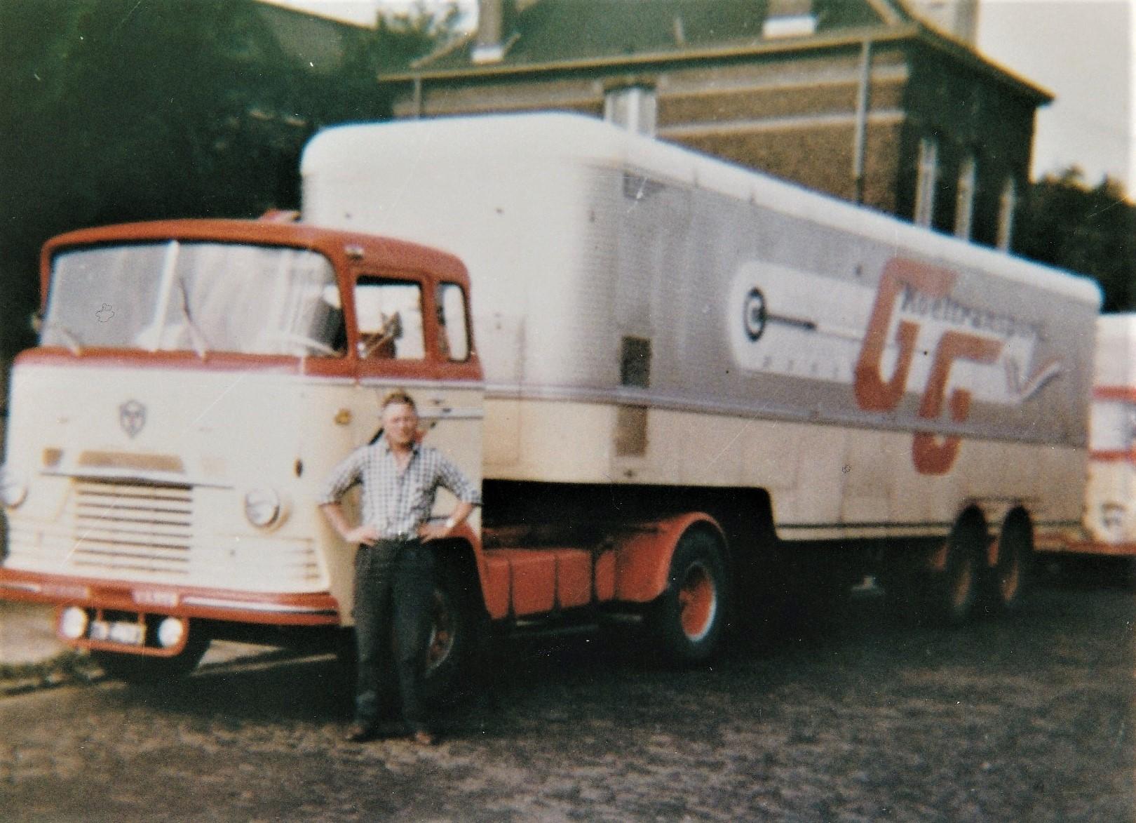 Scania-Vabis-LV-75-in-de-oude-huiskleur--chauffeur-Ben-van-Gorkem