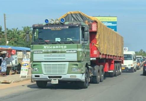 Staalduinen-Transport-in-Ghana-vlakbij-grens-met-Togo-Afrika