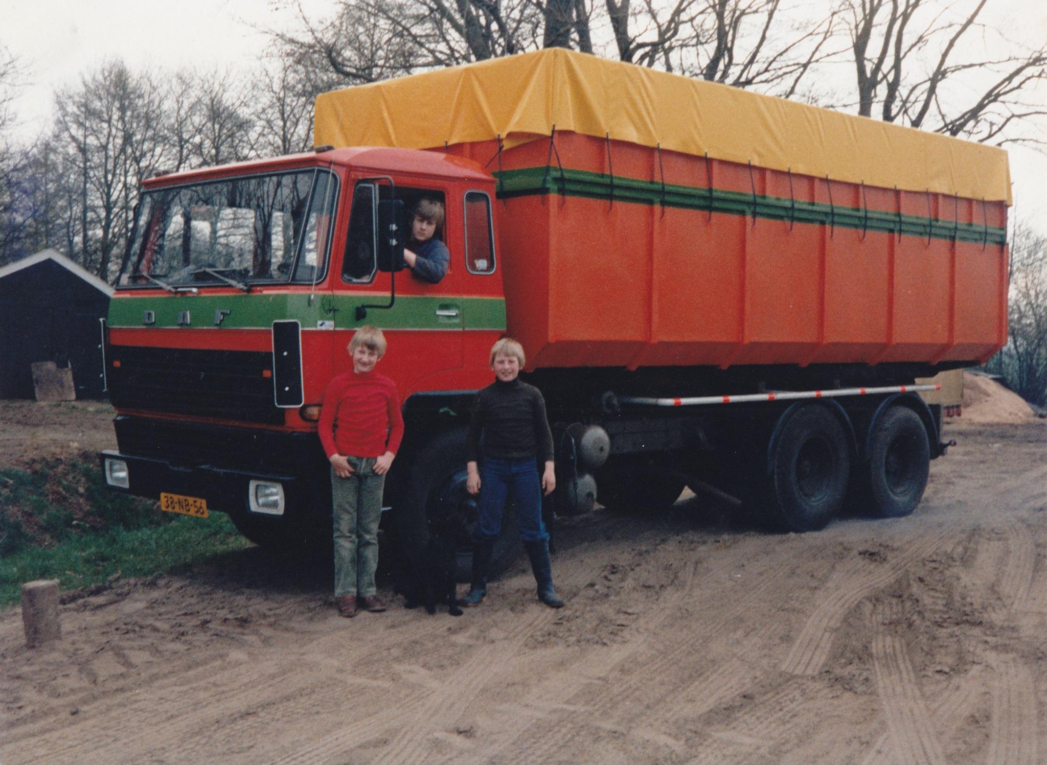 1985---Willie-in-de-vrachtauto-en-Johan--met-rode-trui--en-Henk-ervoor-en-tussenbeide-hond-Tanja