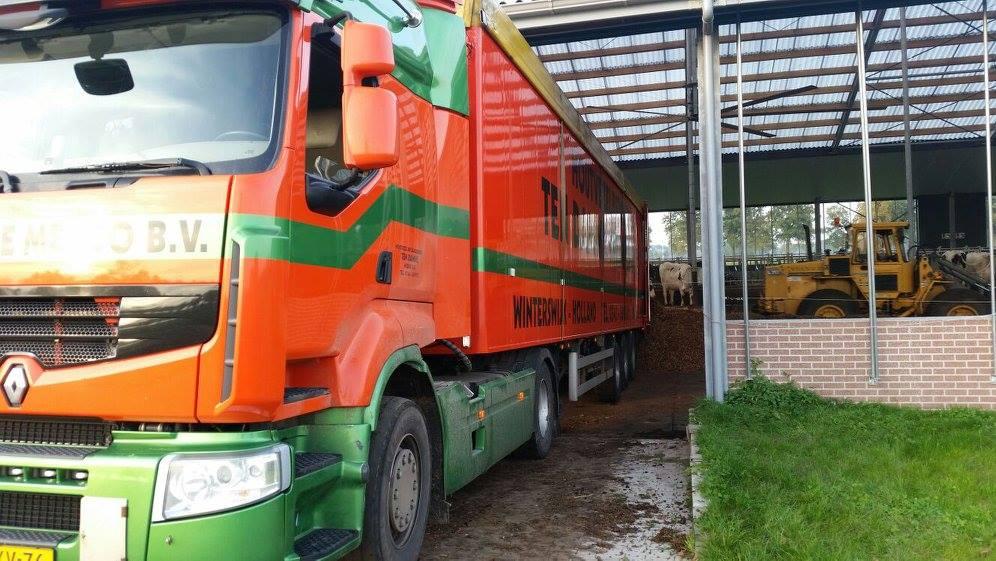 2015--In-totaal-hebben-we-10-vrachtwagens-met-houtchips-bij-onze-klant-gebracht-om-deze-grote-potstal-te-vullen