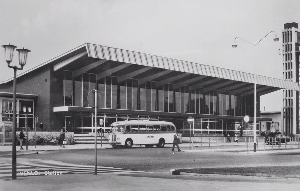 Autobus-van-de-Zuid-Ooster-voor-het-station-in-Venlo--1970