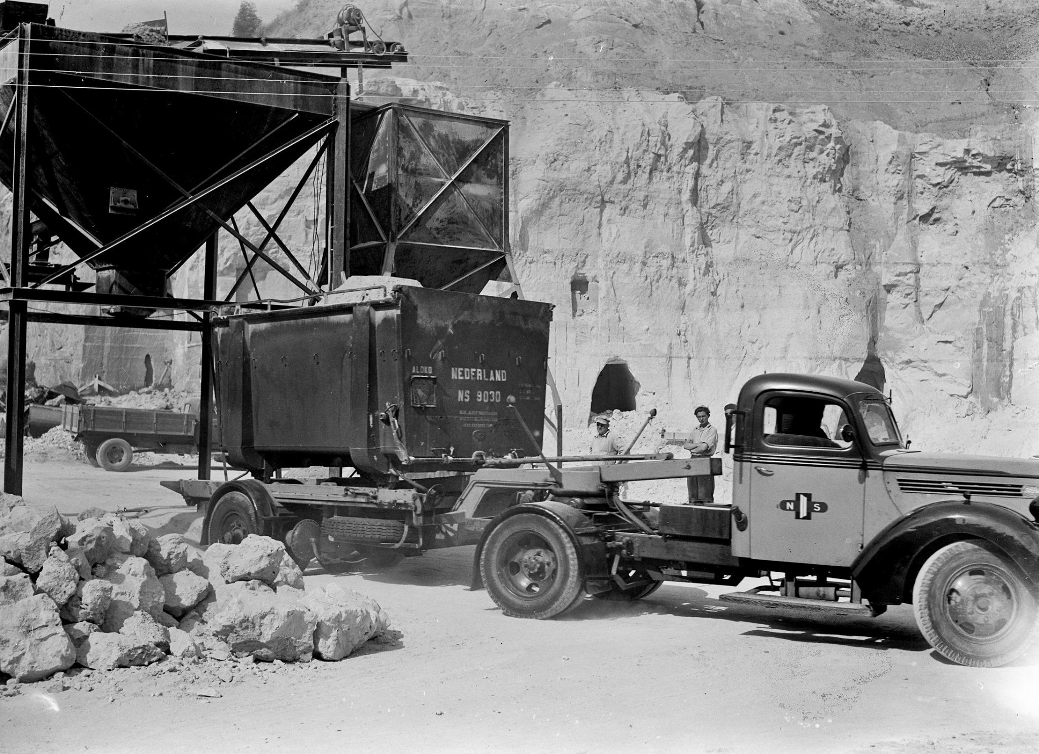 1951-Vrachtauto-van-de-NS-met-een-autolaadkist-voor-het-vervoer-van-kalk-in-een-kalksteengroeve-te-Maastricht