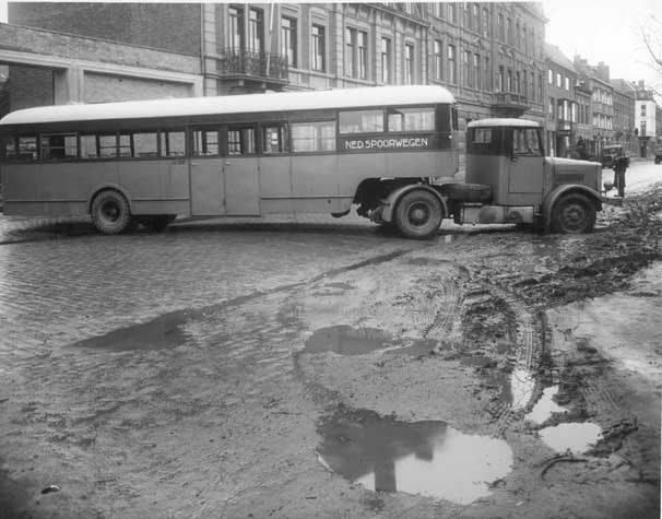 1945-Crossley-Een-speciale-autobus-van-de-NS-draait-met-een-grote-bocht-uit-de-LTM-garage-aan-de-Parallelweg-