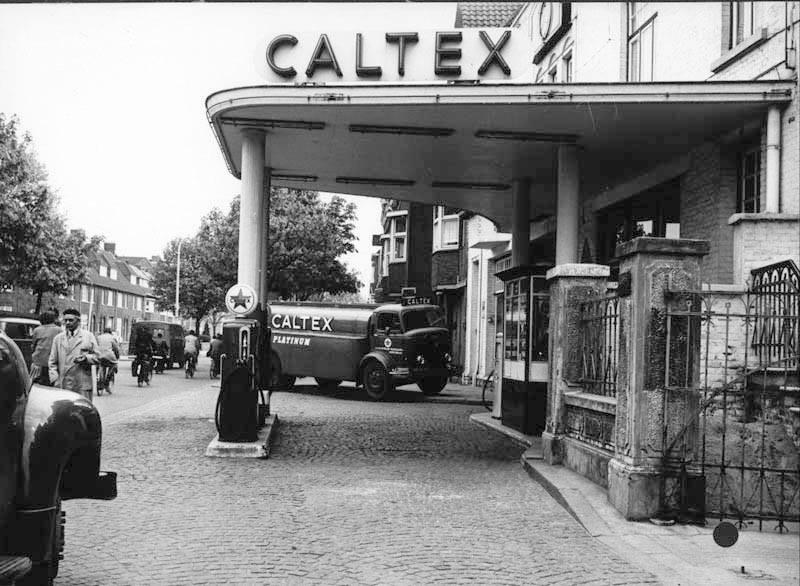 Jaren--50--Caltexbenzinepomp-van-garage-Fisette-op-de-Scharnerweg