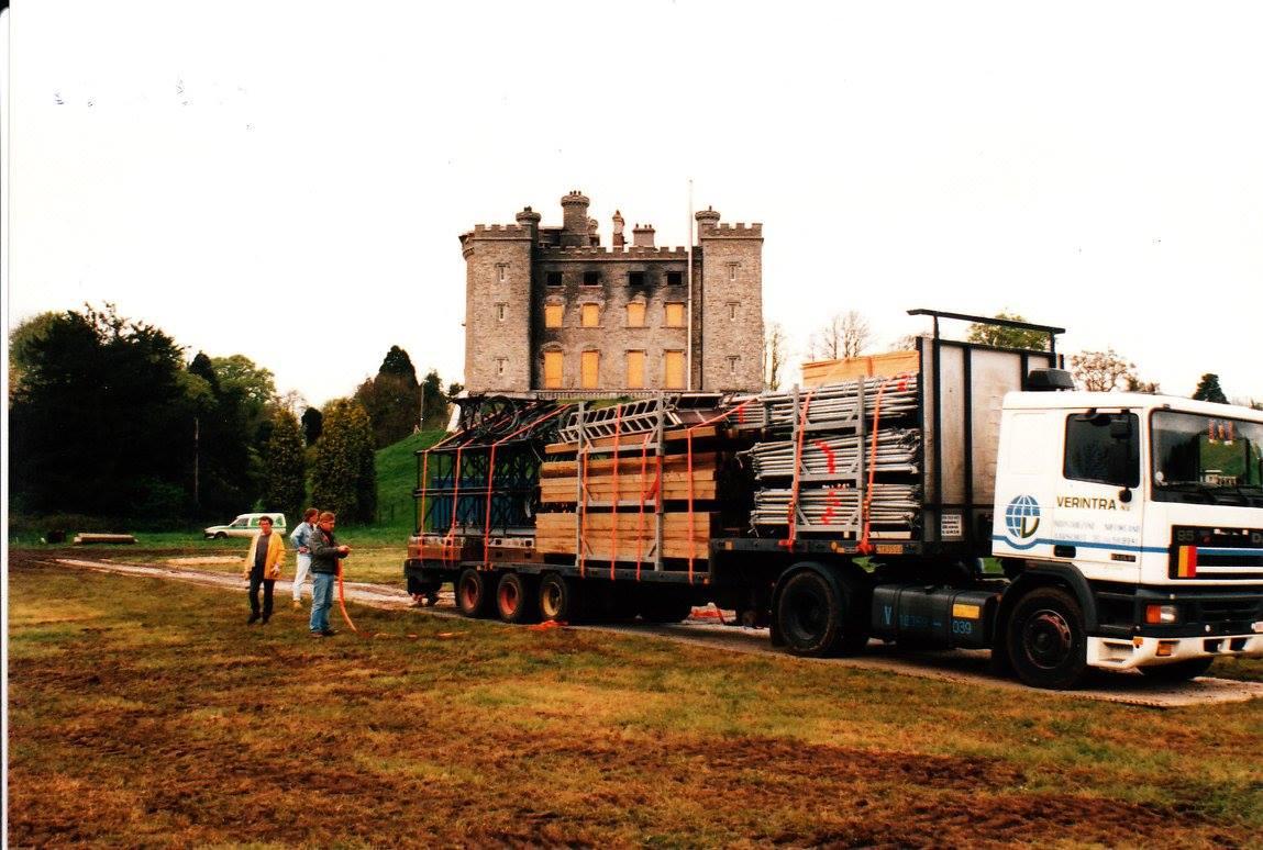 Podiummeke-bouwen-aan-Slane-Castle-Ierland