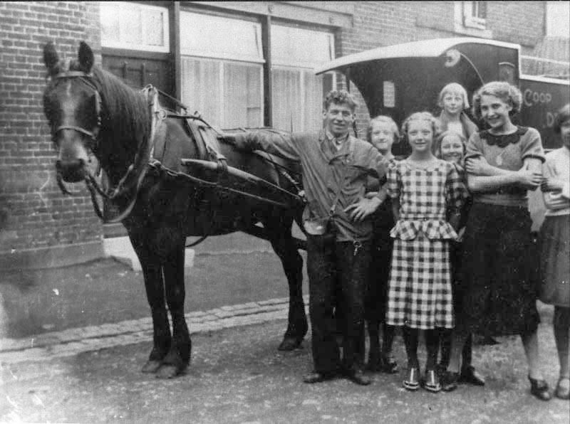 1939--Mariaberg--Chris-Vancken--broodbezorger-bij-cooperatie--de-Ster--met-paard-en-wagen-Maastricht