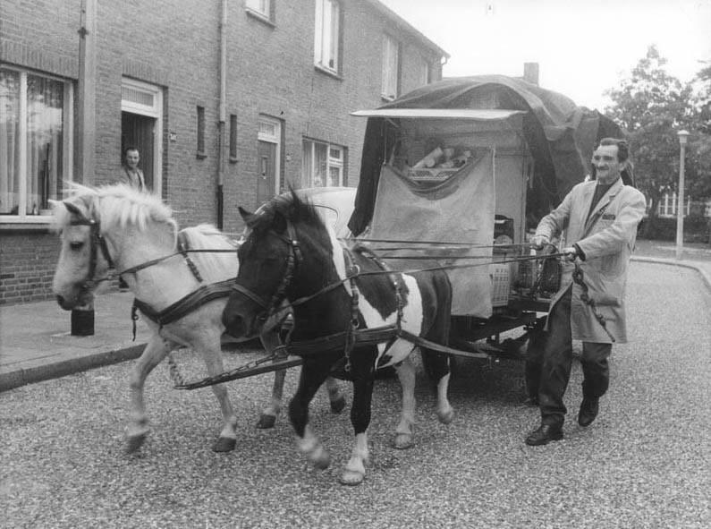 1975--Wolder-Straatventer-Emile-Kemmerling-met-zijn-ponykar-op-de-Willem-Prickstraat