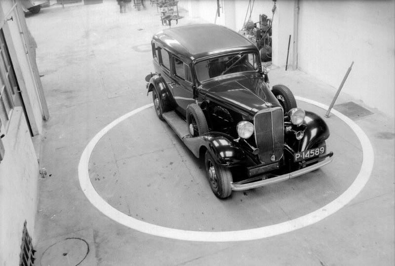 3-april-1936--Stationsstraat-44--Gelegen-aan-de-noordzijde--Draaischijf-bij-het-garagebedrijf-Sampermans