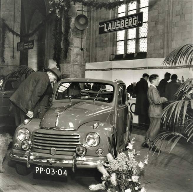 Jaren--50--Een-van-de-vele-autotentoonstellingen-die-regelmatig-in-de-Dominikanerkerk-gehouden-werden-Fiat-Tipolino-Lausberg-garage-