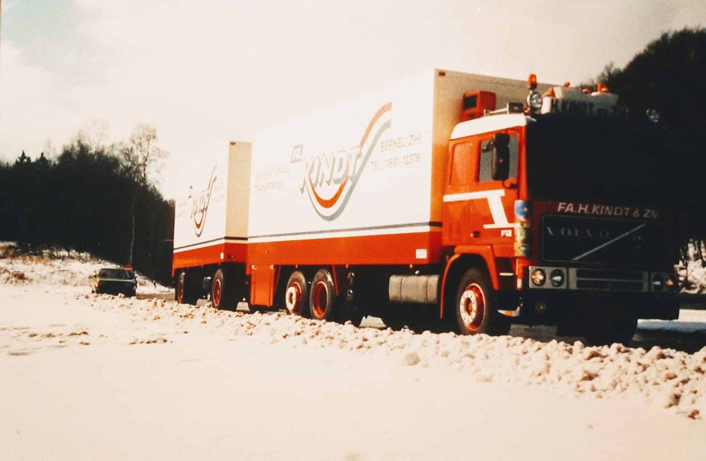 Volvo-van-broer-Hans-Kindt-op-parkeerplaats-bij-Bad-Eilsen-ook-1987