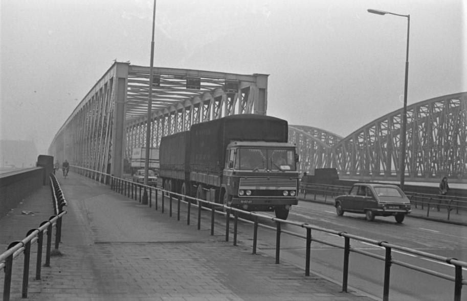 DAF-2600--1973-Vrachtauto-met-aanhanger-verlaat-de-Willemsbrug-richting-Maaskade-en-van-der-Takstraat