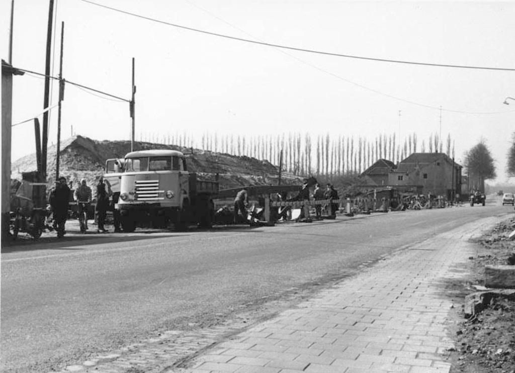 Kruisdonk-vanaf-garagebedrijf-Ploemen-Bouw-viaduct-in-de-Rijksweg-A2-in-1959-