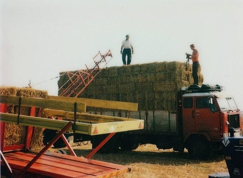 Pake-Anne-boven-op-een-vrachtje-stro-staat-klaar-om-de-vracht-af-te-binden
