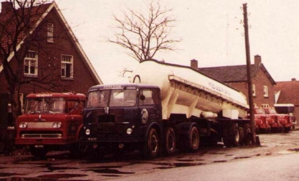 NR-32-33-Mack-met-de-Ford-cabine-en-de-eerste-kantelcabine