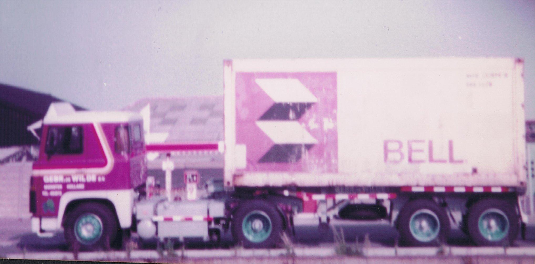 Glen-Switzar-34-TB-38-langs-de-Havenstraat-in-Monster---De-benzinepomp-van-Beukel-op-de-achtergrond---Een-van-de-eerste-wagens-met-rondom-Blauwe-wielen-ipv-rood