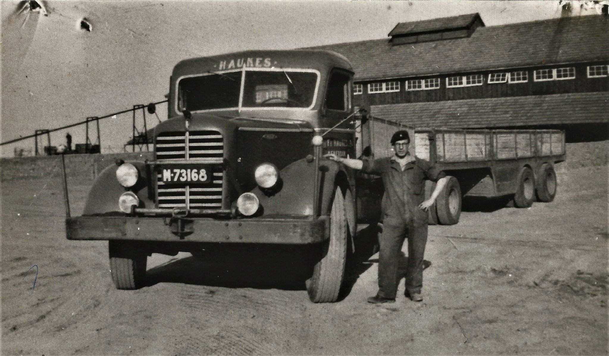 1951---Mack-NR-met-twee-extra-schijnwerpers-voor-op-de-bumper-chauffeur-Gertje-Koenders-