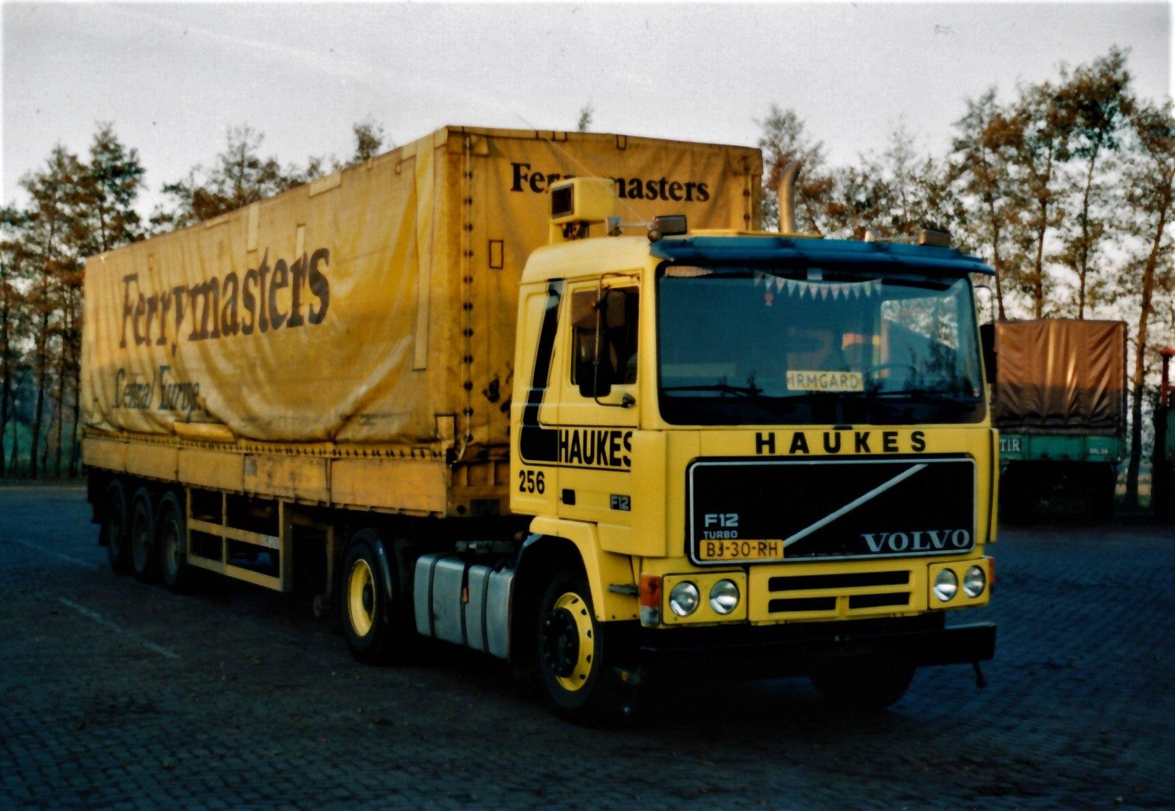 Volvo-256-Han-Megens--met-een-Ferry-Master-oplegger