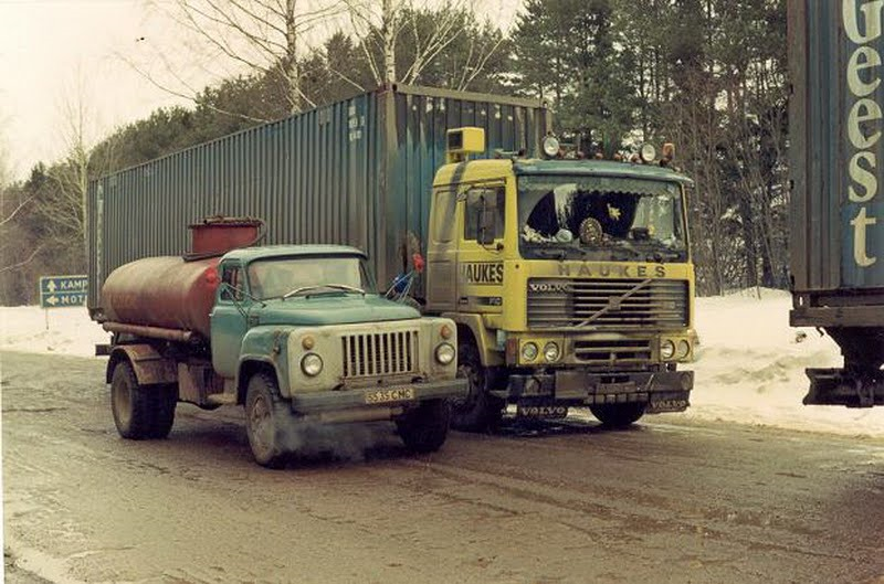 Volvo-303-tanken-in-Rusland