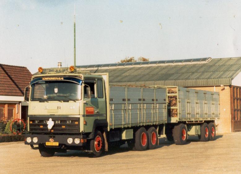 1982-archimedesstraat-2--moeders--annie--stuurde-de-bietenchauffers-aan-via-de-mobilofoon--zendmast-mobilofoon-zie-je-nog-achter-de-truck-staan