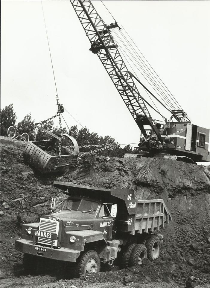 Mack-nr-67-chauffeur-Wim-Kregting-tijdens-het-laden-met-de-Baycity-dragline-van-Haukes-