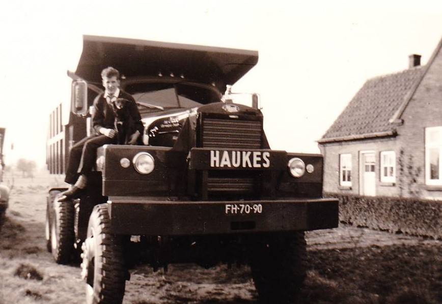Mack-nr-68-rechts-op-het-Gert-ten-Westeneind-samen-met-een-echte-hond-2