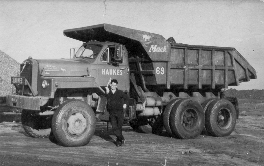 Mack-nr-69-in-Zeeland-tijdens-werkzaamheden-bij-de-Grevenlingendam-in-1962--chauffeur-Wout-van-Assen